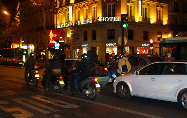 Photos - motorcycles at night in Paris