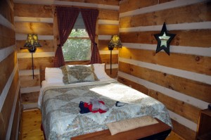 Photo-Fiddlers-Roost-Cabins-bedroom